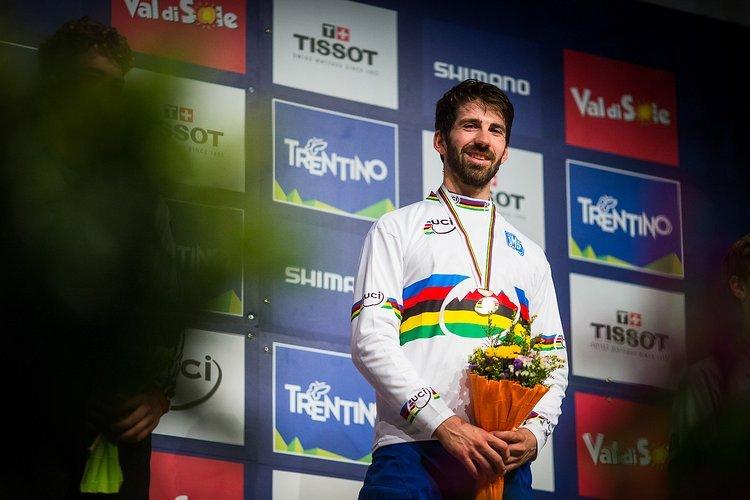 Das Highlight der Zusammenarbeit zwischen LAST Bikes und Aiko - Das Regenbogentrikot 2015 bei der 4X-WM in Val di Sole