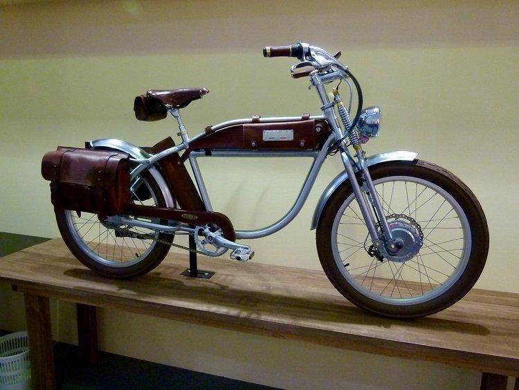 Italjet macht Motorradfahren ökologisch bedenkenlos. So hübsch dieser Chopper auch sein mag und so toll er seinen E-Motor auch versteckt, meins ist es nicht.